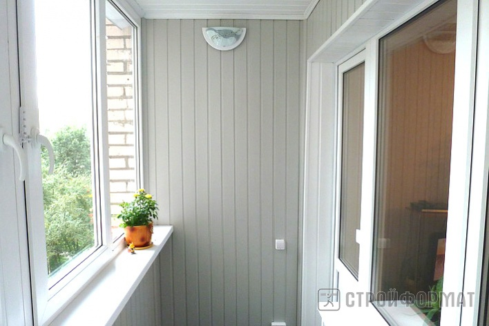 Фото балкона с отделкой пластиковой голубой вагонкой..